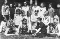 Edith Stein (prostřední řada, třetí zprava) se svými studentkami