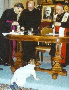 Mirakelgutten Pietro Schilirò under kardinal Tettamanzis skrivebord den 10. juni 2003